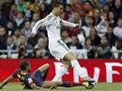 Cristiano Ronaldo z Realu Madrid obchází barcelonského  Daniho Alvese.