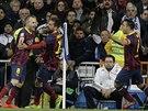 Barcelonský Andres Iniesta (vlevo) slaví se spoluhráči gól v zápase s Realem...