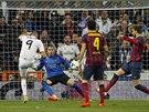 Karim Benzema (vlevo) z Realu Madrid střílí gól v souboji s Barcelonou.