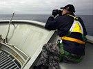 Příslušník australského námořnictva Kurt Jackson pátrá v jižní části Indického...