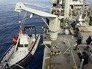 Z australské námořní lodi HMAS Success se spustil pátrací člun. V jižní části...