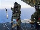 Příslušníci australských vzdušných sil vypouštějí z letadla Hercules C-130J