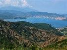 Pohled na záliv Rada di Portoferraio a Monte Capane (1019 m), nejvyšší vrchol...