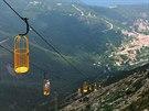 Lanovka na Monte Capane (1019 m) byla postavena v roce 2004. Turisté stojí v...