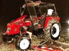 Traktor se převrátil kvůli stočení připojené vlečky se dřevem.