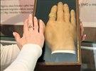 Srovnání voskového odlitku ruky obra Drásala s rukou kurátorky etnografické...