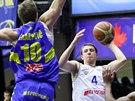 Lukáš Feštr (v bílém) z USK Praha pod ústeckým tlakem, vlevo Jakub Krakovič,