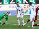 Sparťanský gólman Tomáš Vaclík je ve střehu, ocitli se před ním ostravští Davor...