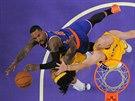 J. R, Smith (vlevo) z New Yorku zakončuje na koš LA Lakers přes Jordana Hilla...