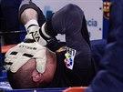 Victor Valdes z FC Barcelona si drží hlavu v dlaních, v duelu s Vigem se zranil.