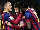 Neymar (uprost�ed) se se spoluhr��i z FC Barcelona raduje ze sv�ho g�lu.