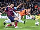 Lionel Messi z FC Barcelona p�ekon�v� g�lmana Rubena Blanca z Celty Vigo.