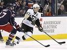 Sidney Crosby (vpravo) z Pittsburghu se ocitl pod tlakem Daltona Prouta z...