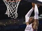 Russell Westbrook z Oklahoma City smečuje do koše Sacramenta.