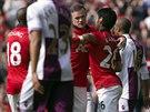 Útočník Manchesteru United Wayne Rooney (uprostřed) přijímá gratulace ke...