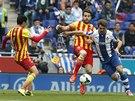 Cesc Fábregas (uprostřed) z FC Barcelona drží balón pod kontrolou, protože ale...