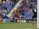 Neymar (uprostřed) z FC Barcelona kontroluje hlavou balón, dobíhá k němu Javi...