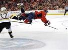 PONÍŽENÝ OVEČKIN. Útočník Washingtonu Alexander Ovečkin (vpravo) padá na led po...