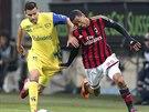 Záložník AC Milán Urby Emanuelson (vpravo) stíhá Ivana Radovanoviče z Chieva.