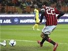 Útočník AC Milán Kaká posílá míč do sítě Chieva.