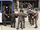 Jihkorejští vojáci přemisťují rakve s ostatky čínských vojáků ze hřbitova v