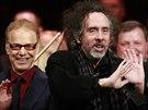 Filmový skladatel Danny Elfman (vlevo), režisér Tim Burton (uprostřed) a...