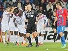 RADOST SOUPE�E. Fotbalist� Lyonu oslavuj� vedouc� g�l Gomise proti Plzni.