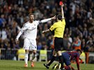 A VEN! Rozhodčí Undiano Mallenco ukazuje červenou kartu Sergiu Ramosovi z Realu...