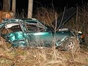 Po nárazu se auto rozlomilo na dvě části. Přední část zůstala vpravo mimo