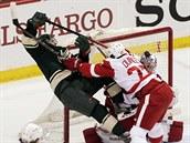 Detroitský obránce Kyle Quincey tvrdě atakuje Zacha Pariseho z Minnesoty.