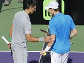 DISKUZE. Novak Djokovič a Andy Murray rozmlouvají o sporné situaci v Miami.