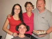 Adam při rodinné oslavě s otcem, matkou a sestrou.