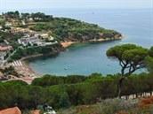 Ze svahů Monte Calamita (412 m) je vidět na Vesnici Pareti a pláže na pobřeží.