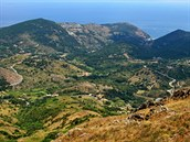 Silničky vybudované podél pobřeží a v členitém terénu příkrých svahů jsou...