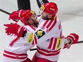 T�ine�tí úto�níci Martin R�i�ka (vlevo) a Radek Bonk se radují z gólu.