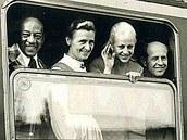 Americký atlet Jesse Owens, nizozemská atletka Francina Elsje Blankers-Koenová, Věra Čáslavská a Emil Zátopek ve vlaku z Mnichova do Berchtesgadenu.