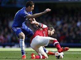 Tomáš Rosický si kryje míč před Nemanjou Matičem z Chelsea.