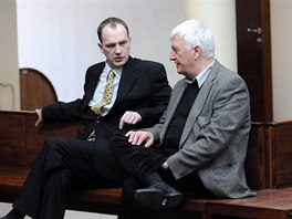 Jeden z ob�alovan�ch l�ka��, Viktor H. (vlevo) se soudn�m znalcem v atriu...