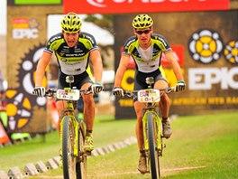 Biker Kristián Hynek (vlevo) se svým kolegou Robertem Mennenem v cíli etapy