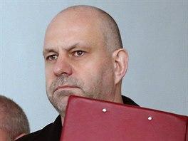 Policie p�iv�d� obvin�n�ho podnikatele Martina D�dice na Okresn� soud v Ostrav�, kter� rozhodl o jeho vzet� do vazby. (28. b�ezna 2014)