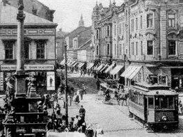 Archivn� pohled na ostravsk� Masarykovo n�m�st� s tramvajemi. Koleje zmizely a�...