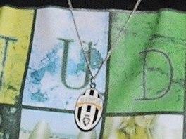 Pátrání po mladíkovi s výrazným přívěskem s logem fotbalového klubu Juventus...
