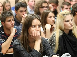 Debata o situaci na Ukrajině. V nabité aule hradecké univerzity na náměstí...