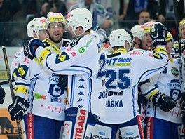 Hokejisté Komety Brno se radují z postupu do semifinále extraligy.