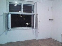 Pokoj s dvěma okny a dubovými parketami sloužil jako obývací.