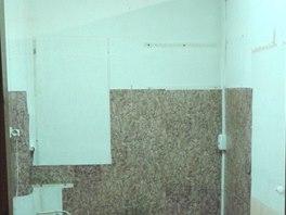 Kuchyň bez okna či spíše to, co zůstalo po odstěhování předchozího majitele.