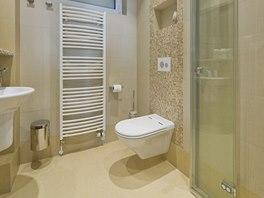 Ve sprše u bazénu jsou dvoudílné skládací dveře. Lze je složit a prostor