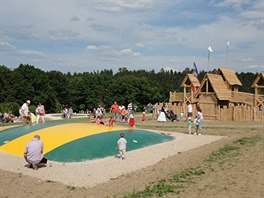 Pro děti je na Farmě Blaník připravena řada atrakcí - například keltský hrádek...