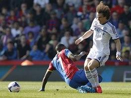 David Luiz (vpravo) z Chelsea přišel o míč, když do něj skluzem zajel Yannick...