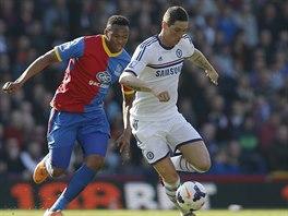 Kagisho Dikgacol z Crystal Palace (vlevo) marně stíhá útočníka Chelsea Fernanda...